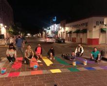 Pintan cruces peatonales con colores de la bandera gay en Morelia