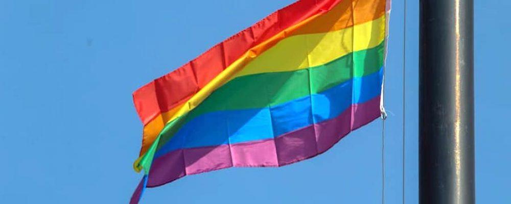 Por primera vez, se iza la bandera gay en la Plaza Morelos de Morelia